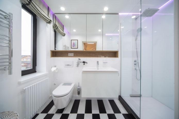 узкое окно в ванной