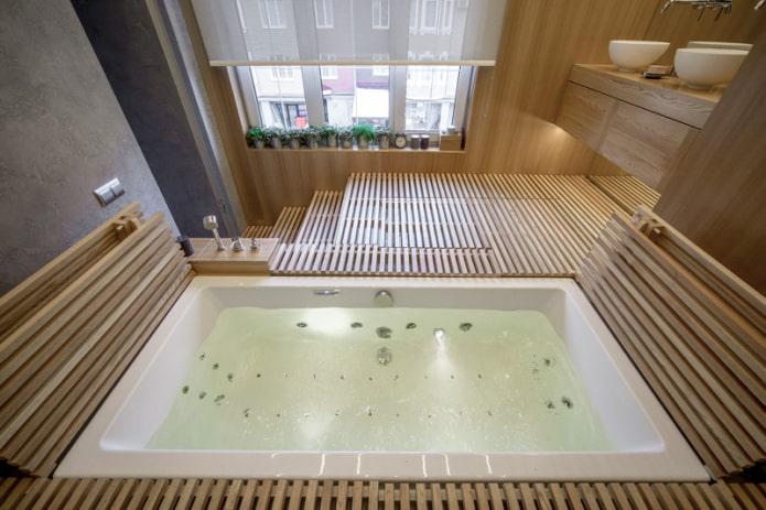 ванная на подиуме с окном