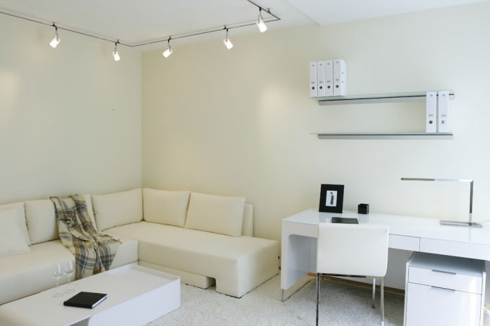маленькая гостиная комната с рабочим местом