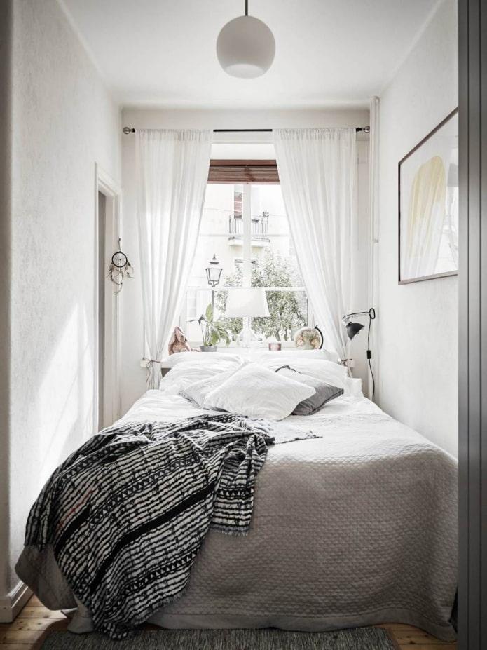 картина и шторы в спальне