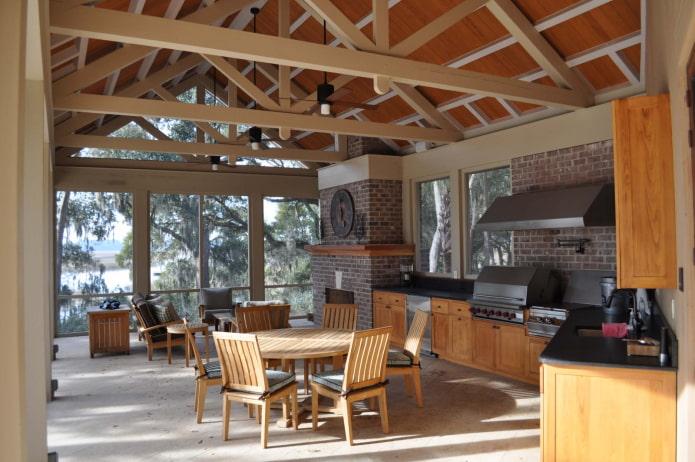 просторная летняя кухня