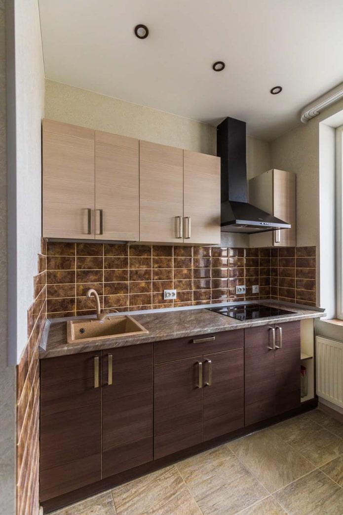 Дизайн кухни с темным низом и светлым верхом