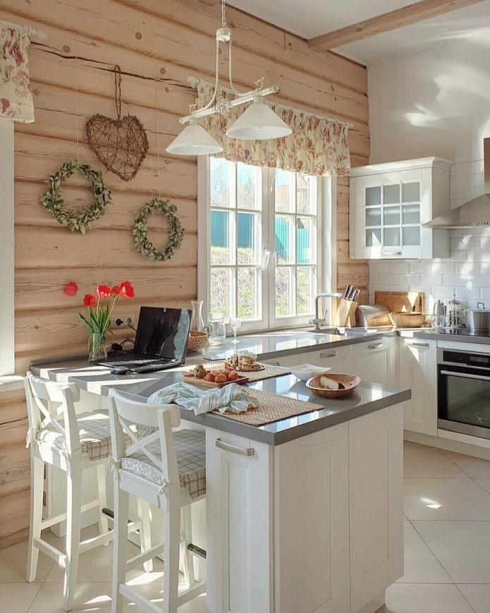 белая кухня в саду