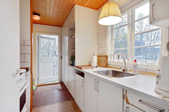 белая кухня на даче