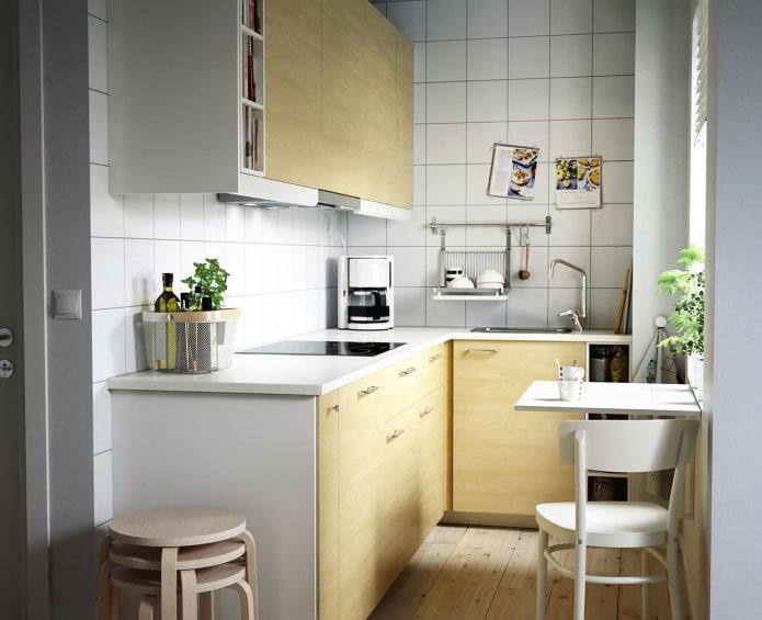 светлая кухня в кафеле