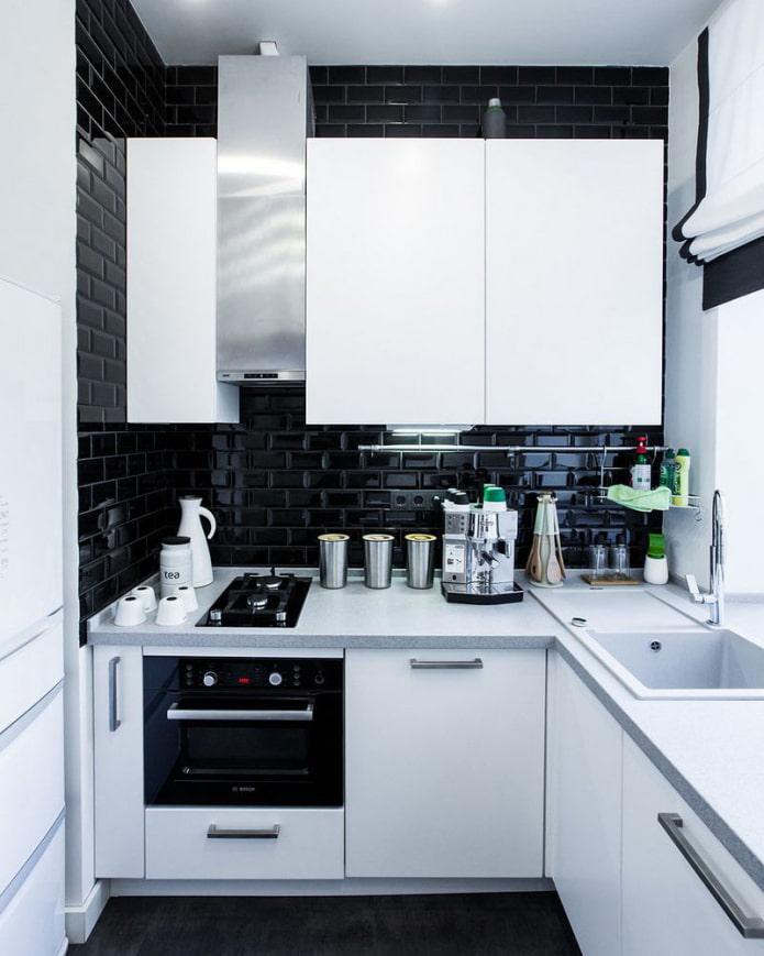 черный кабанчик на кухне