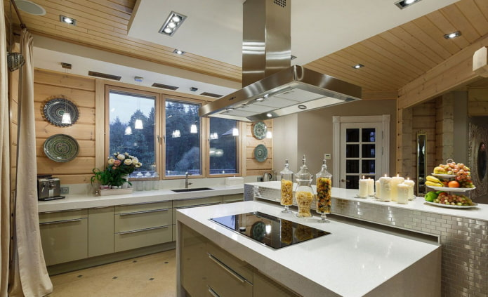 тарелки на стене в кухне
