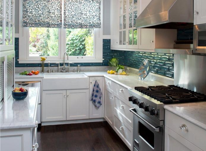 Кухня с раковиной у окна