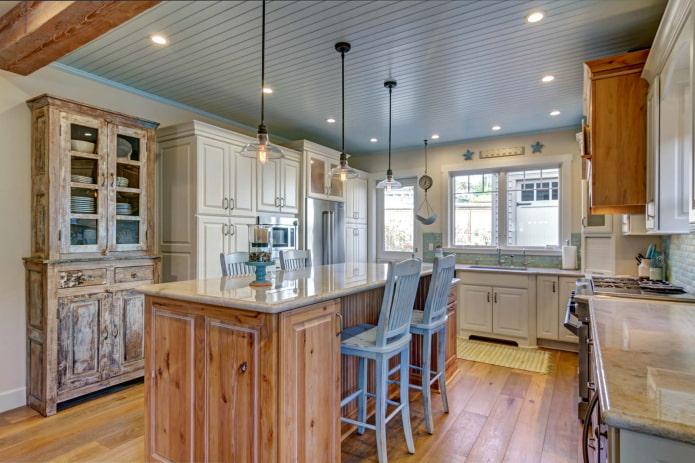 Деревянная кухня в пастельных тонах