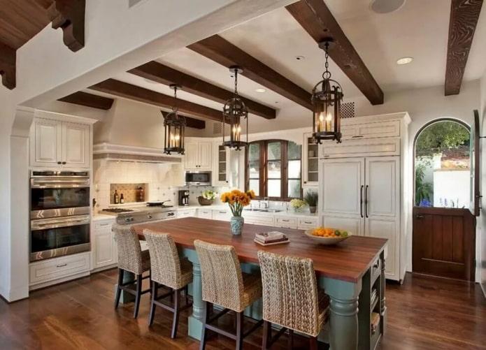 Кухня в стиле прованс с деревянными балками