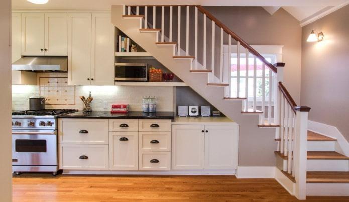 Белая кухня под лестницей