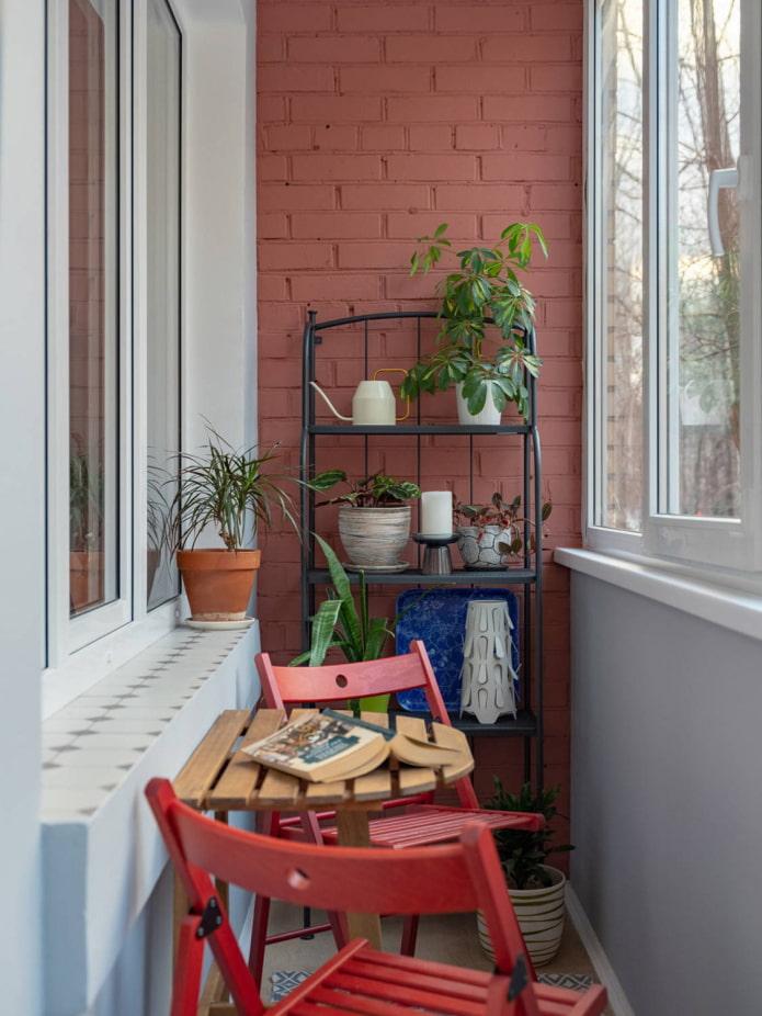 Стеллаж и зона отдыха на балконе в стиле лофт