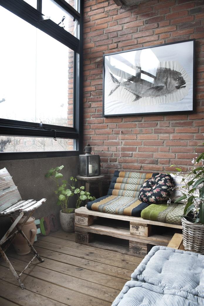 Лоджия с мебелью из паллет в стиле лофт