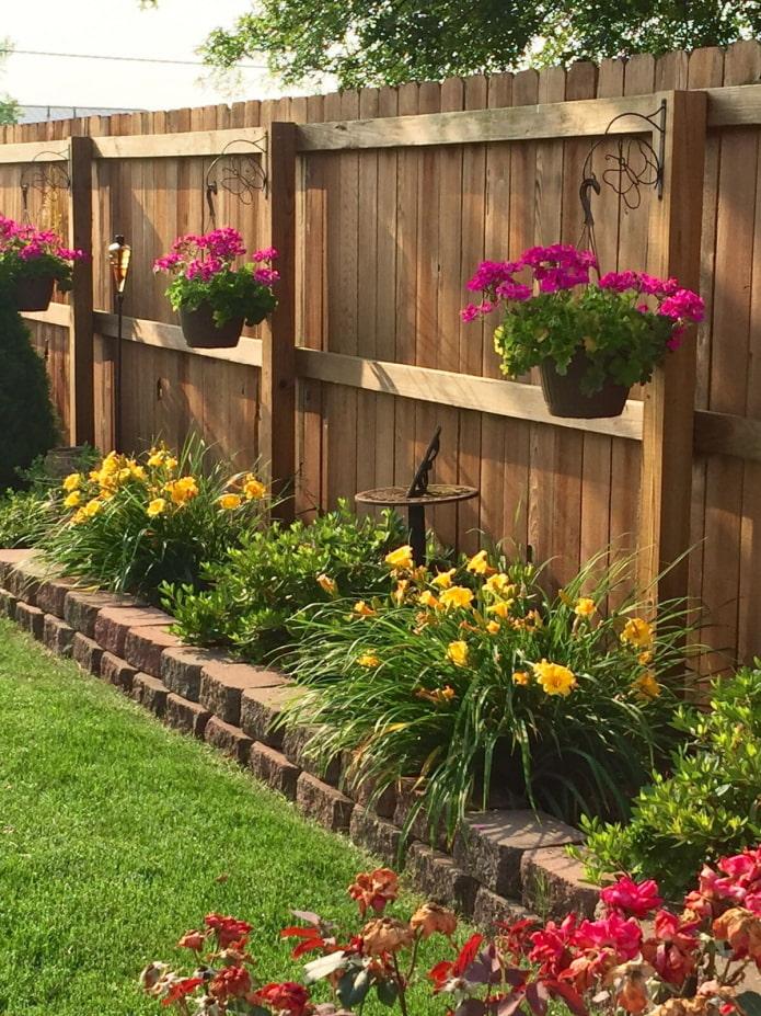 деревянный забор в саду