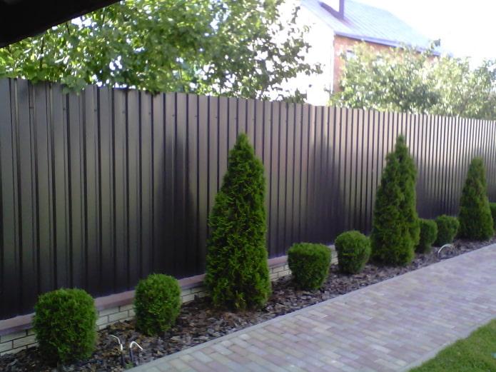 железный забор в доме