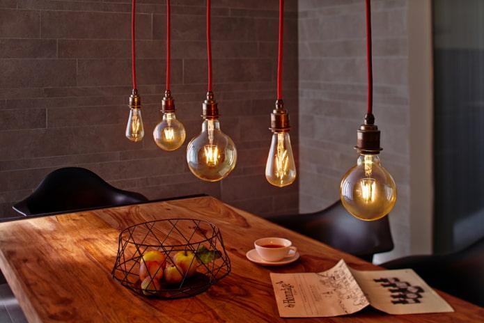 Лампы Эдисона над столом