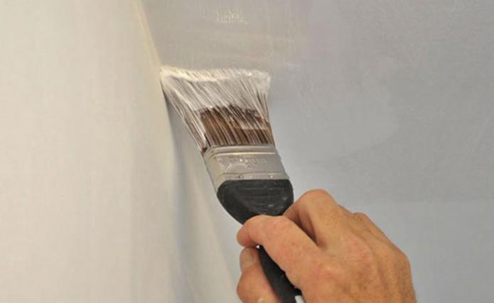 Покраска стыков потолка и стен кистью