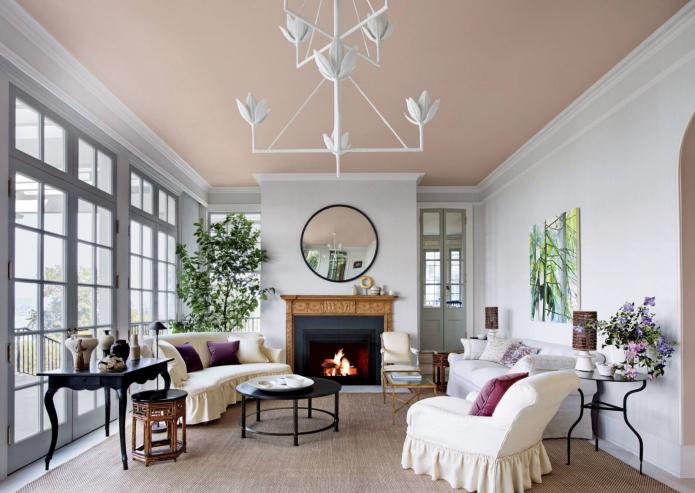 Потолок кремового цвета в гостиной