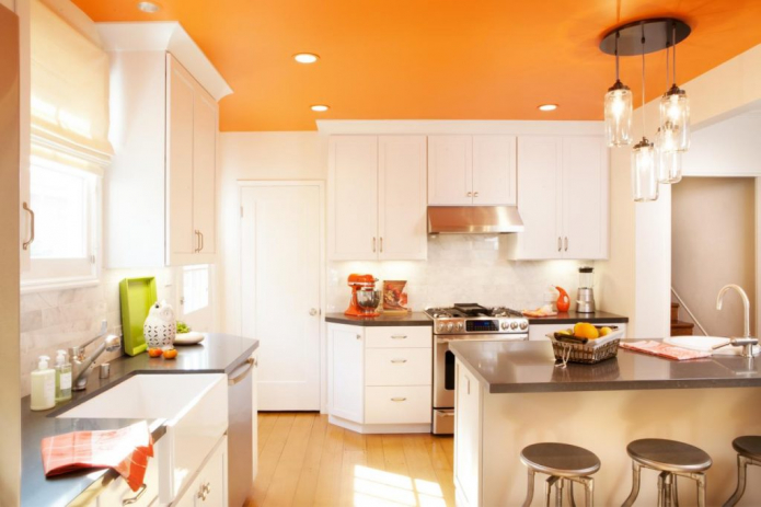 Кухня с оранжевым потолком