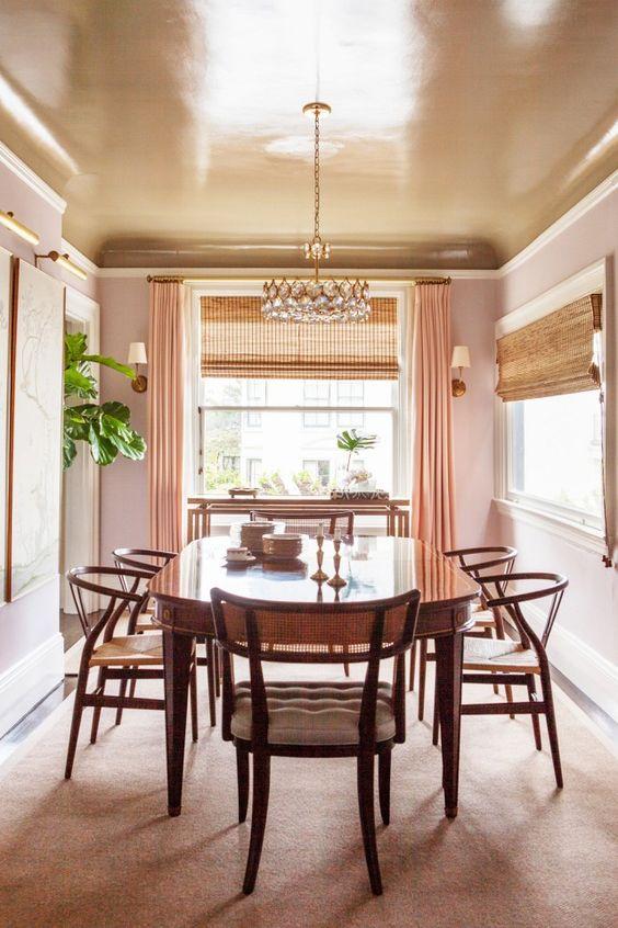 Глянцевый крашеный потолок на кухне