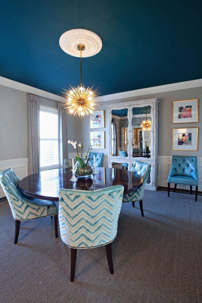 Гостиная с матовым потолком синего цвета