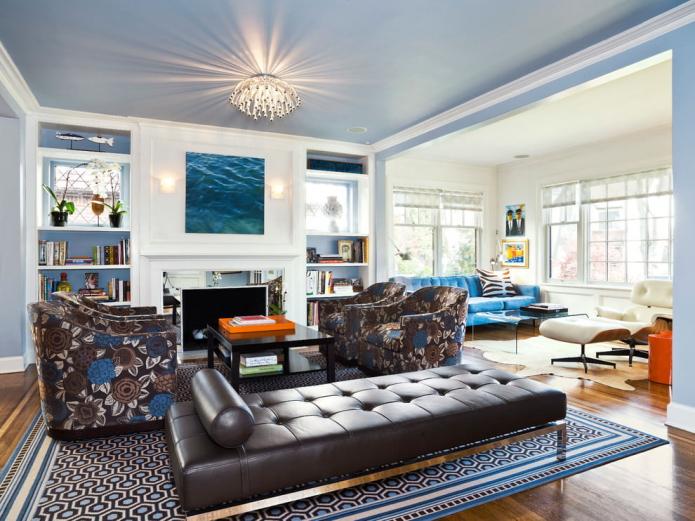 Голубой крашеный потолок в гостиной