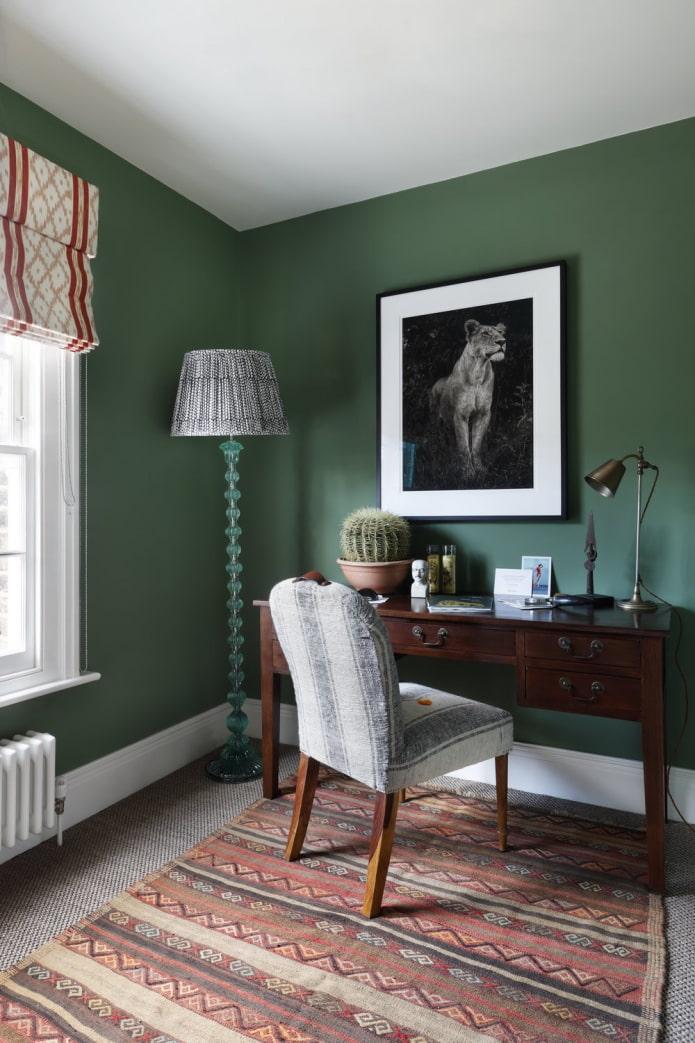 матовые зеленые стены в кабинете