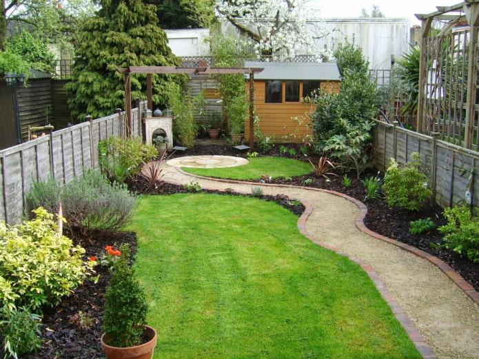 кривая дорожка в саду