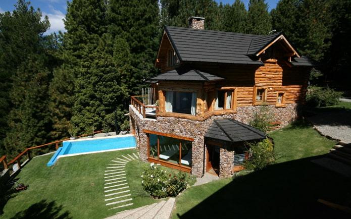 деревянный дом с бассейном в низине