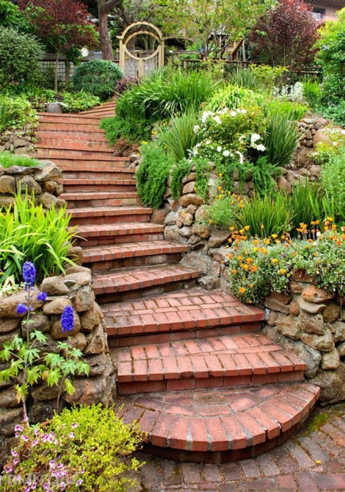 кирпичные лестницы на участке