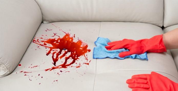 как отмыть кровь с дивана