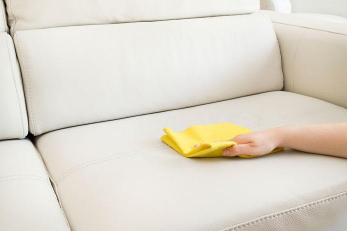 Как очистить диван от пятен в домашних условиях?