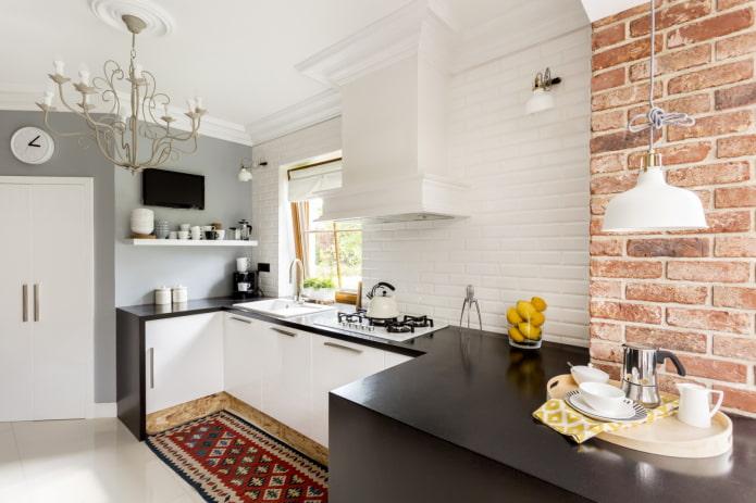 Кухня с отделанным кирпичом воздуховодом