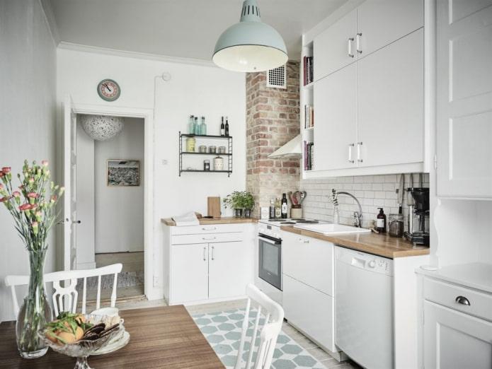 Белая кухня с декорированным под кирпич коробом вентиляции
