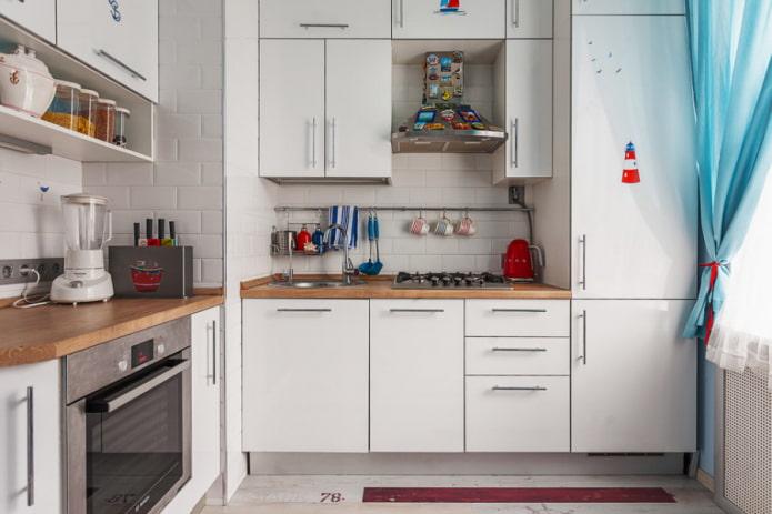 Белая кухня с коробом вентиляции в углу