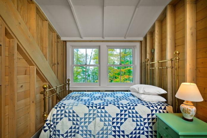 железная кровать в спальне