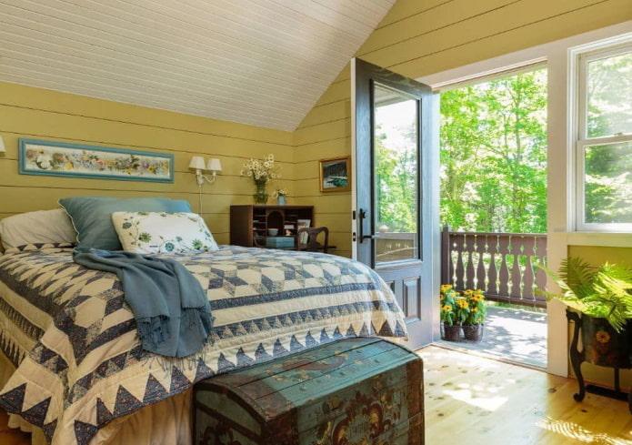 спальня с яркими стенами