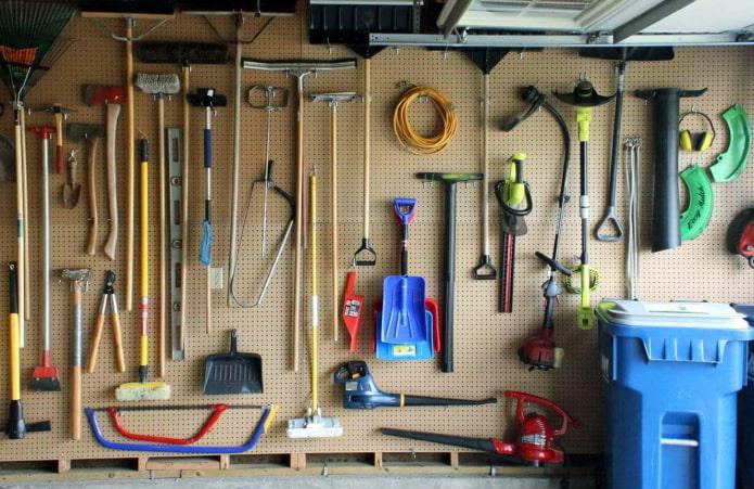 Инструменты на перфорированной поверхности
