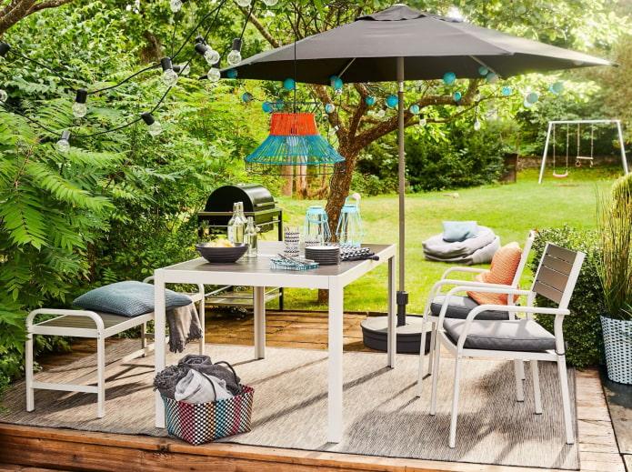 столовая с зонтом на даче