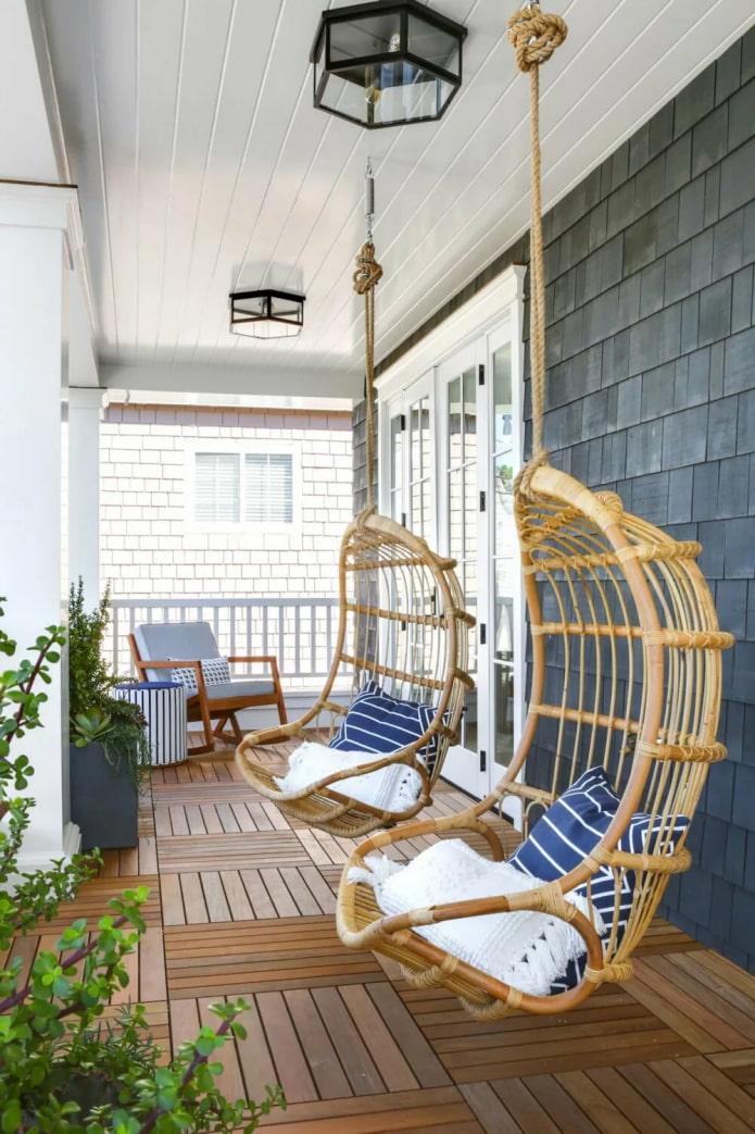 подвесные кресла на веранде