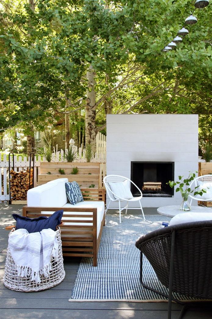 место для отдыха на даче с камином