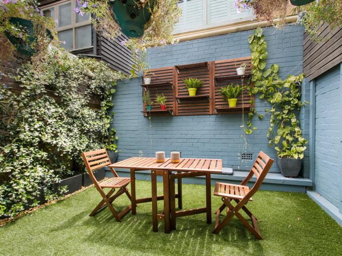 стол на участке в саду