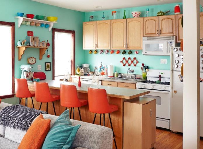 яркая кухня с мятными стенами