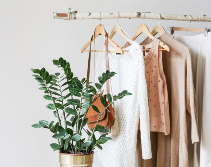 Как хранить вещи без шкафов: 9 необычных идей