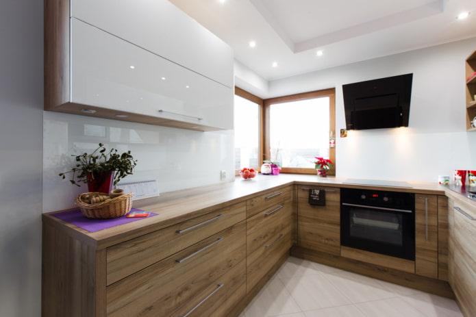 кухня с деревянными и белыми фасадами