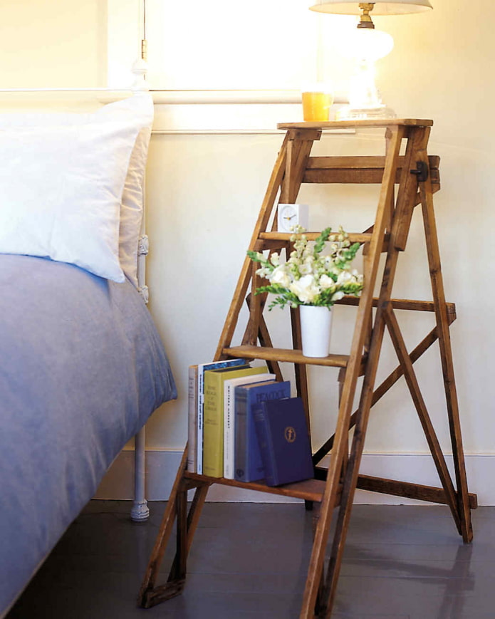 лестница возле кровати