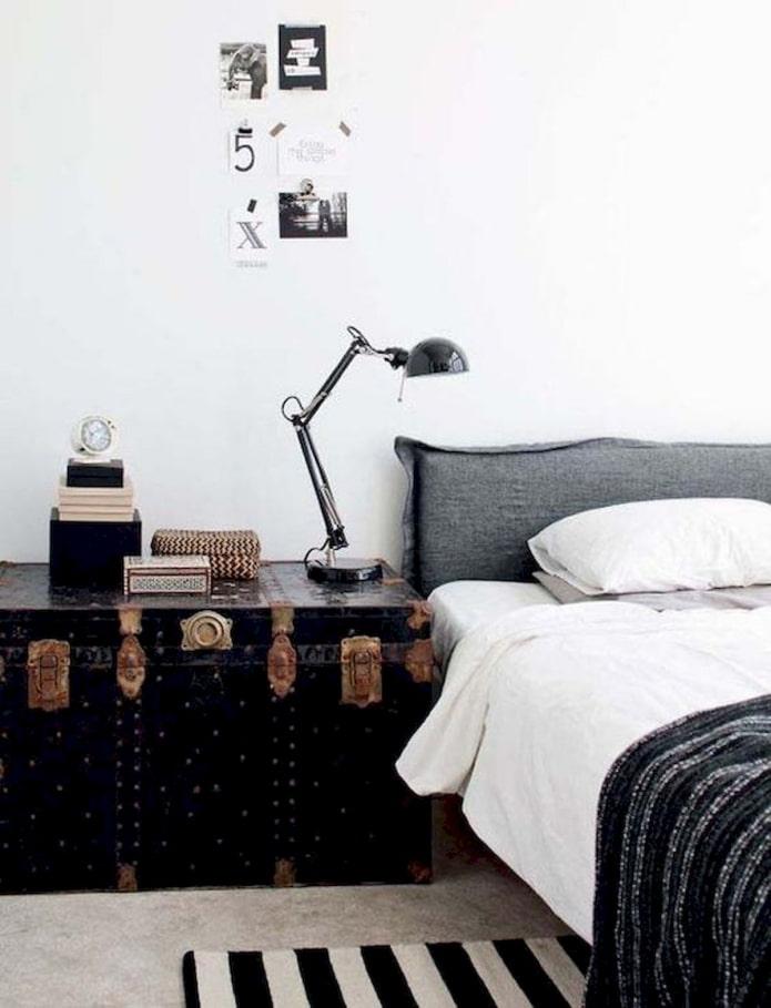 сундук возле кровати