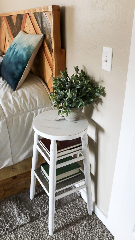 деревянный стул возле кровати