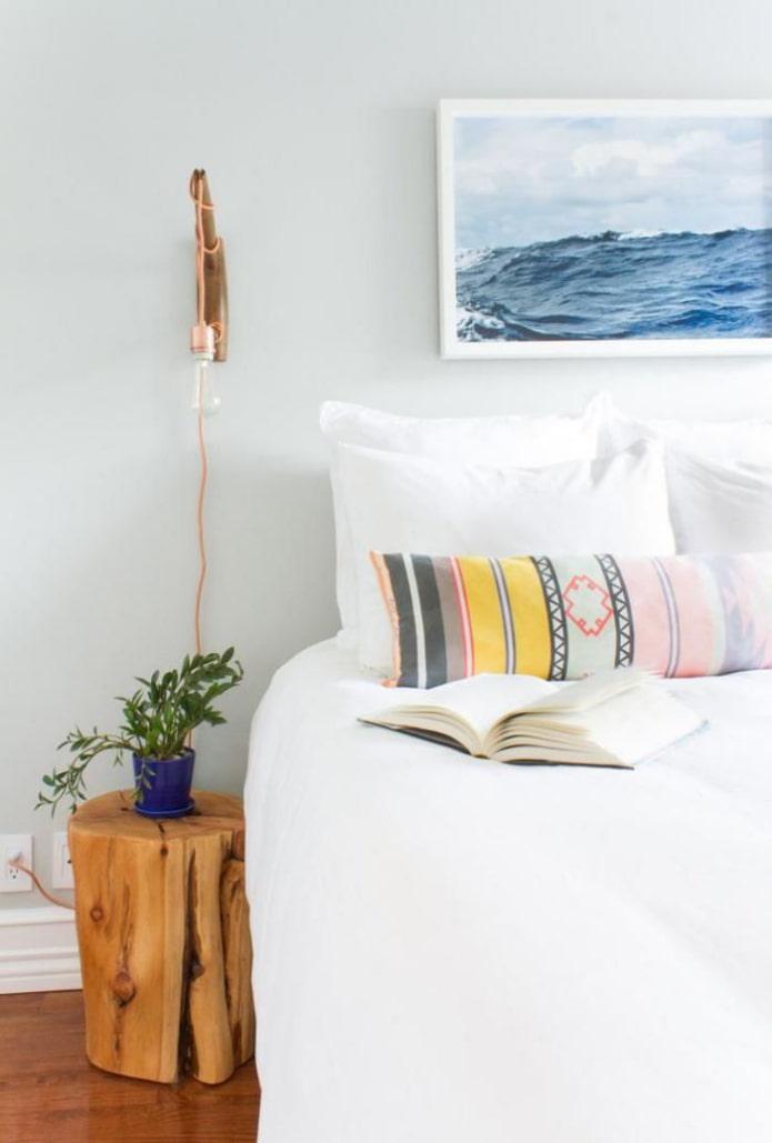 тумба-пень возле кровати