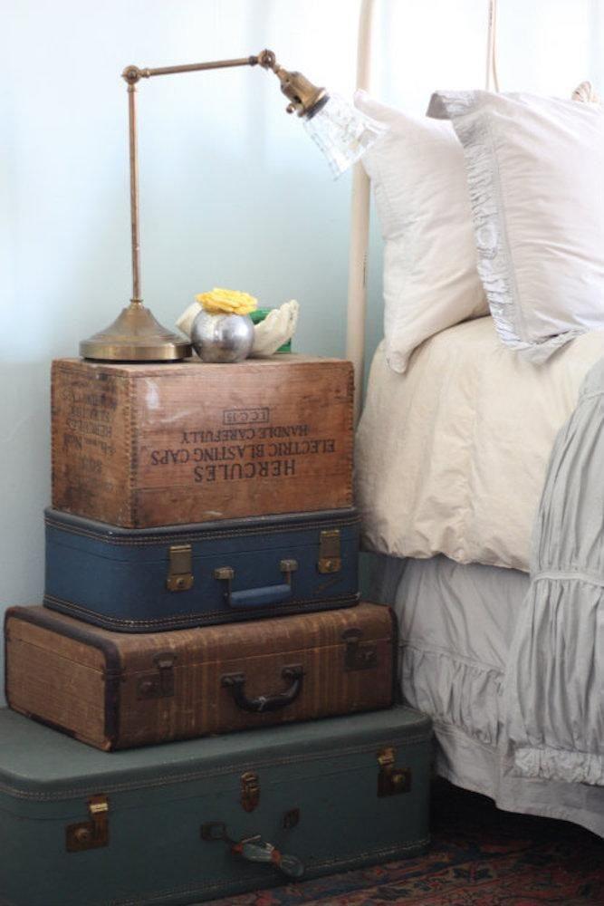 прикроватная тумба из чемоданов